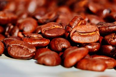 Granos marrones de cafe tostado